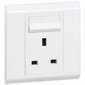 Legrand British-Standard-Socket-Outlet-Belanko---1-Gang-SP-Switched---13-A---250-V